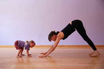 gettyimages174618518_mom_exercising_with_toddler_350