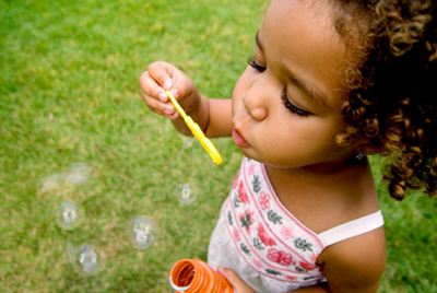 childblowingbubblespeds.jpg (400×268)