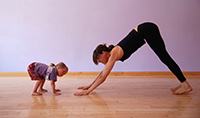 gettyimages174618518_mom_exercising_with_toddler_200x118
